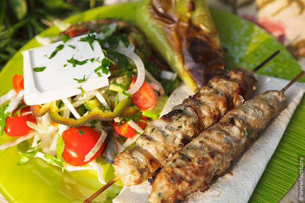 Шефталия с деревенским салатом